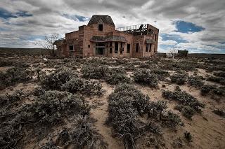 DSC_3908_abandoned_mansion_red_desert.jpg